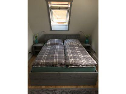 schlafzimmer-mit-doppelbett